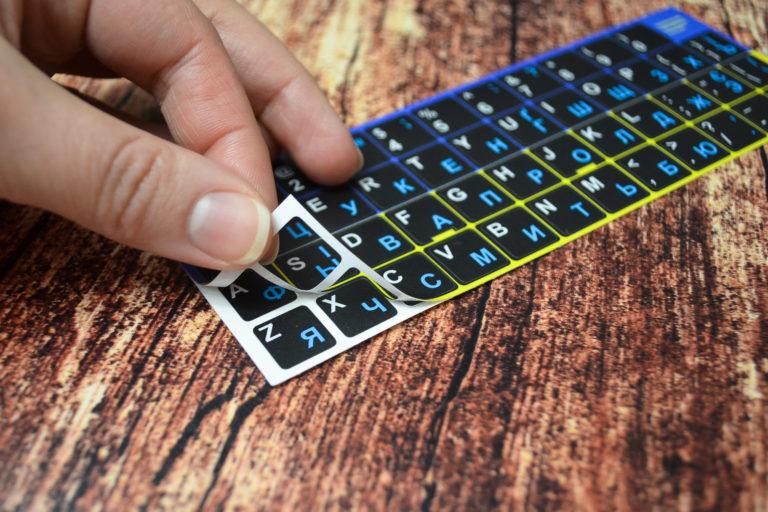 Нестирающаяся наклейка на клавиатуру на черном фоне с руссикми буквами
